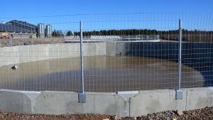 När Eurobulls anläggning byggs ut kommer det att finnas plats för 1600 tjurar. Därför behövs tre enorma gödselbrunnar.