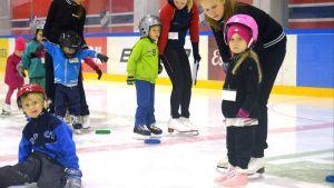 Under en säsong har HSK 200-300 små, och lite större barn, som lär sig åka skridskor.