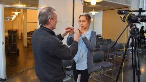 En av deltagarna får råd om bruk av mikrofon