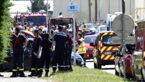 Poliser och ambulansmän har samlats utanför fabriken i Saint-Quentin-Fallavier.