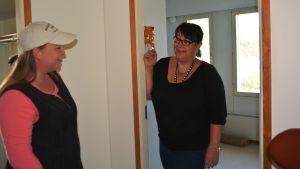 Linda Wirtanen kommer med grejer som Mari Lotila tar emot