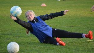 Monica Hagström fångar en boll.
