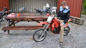Juho Kivinen vid mopedverkstaden i Box i Sibbo