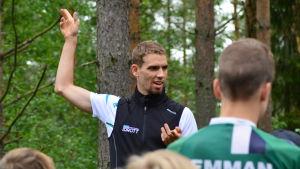 Fredric Portin instruerar junior i terrängen i Pedersöre.