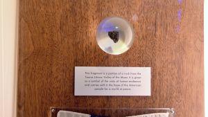 Månbit på Geologiska forskningscentralens utställning.