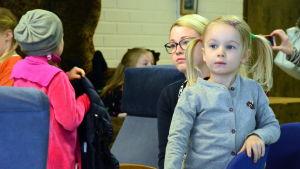 Isabelle Sand med sin mamma Alexandra Malm väntar på att provfilmningen ska börja.