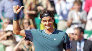 Roger Federer gör tummen upp efter en seger