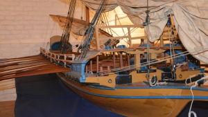 En modell av en galär, fartyg i stil med de som användes i slaget vid Rilax.