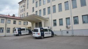 Två polisbilar parkerade vid polisstationen i Ekenäs.