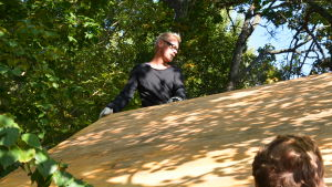 Jim Björni sätter taket på plats.