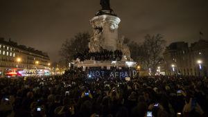 Tiotusentals samlades i Paris för att visa sitt stöd för Charlie Hebdo.