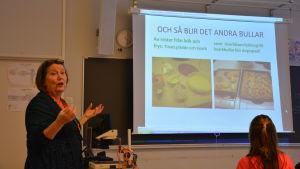Hushållsläraren Anna-Maria Niskanen i Ekenäs högstadieskola.