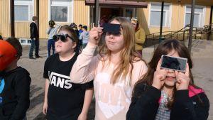Skolbarn ser på solförmörkelse