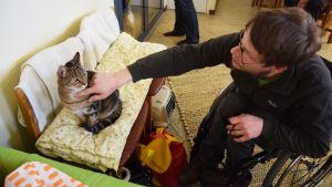 Jyrki Nieminen var den första kunden på kattkafeet i Vik i maj 2015
