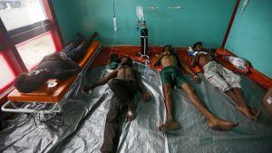 Rohingyaflyktingar från Burma vårdas efter att räddats från havet.