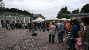 Människor på rådhustorget i Borgå.