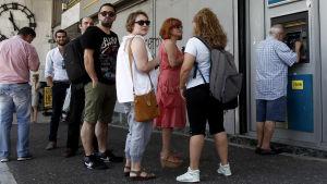 Kö vid en bankautomat i Aten.