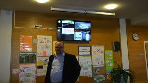 Dick Kronman framför elmätaren i Sundom Skola