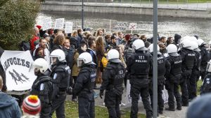 Två demonstrationer i Tammerfors den 2 oktober 2015.