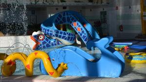 Den blå rutschbanan som föreställer en orm är ny på Tropiclandia i höst.