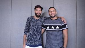 Rami (till vänster) och Aws (till höger) har flytt från Bagdad och bor nu på en flyktingförläggning i Esbo.