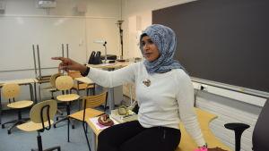 Ramiesa Mahdi från Röda korset håller lektion i Kyrkslätt gymnasium.