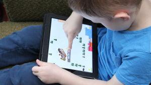 Pojke testar ett av julkalendersspelen under BUU-dagen 2015