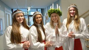 Brages lucia Hanna Häggblom med tärnorna Charlotta Nygård, Nellie Fors och Sofia Öster.