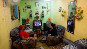 Kubaner tittar på USA:s president Barack Obamas tal.