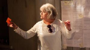 Kristiina Halkola i rollen som författaren Joan Didion vid Teatteri Jurkka.