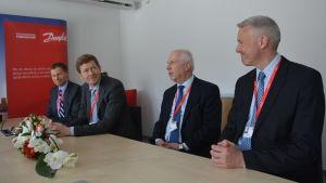 Danfoss högsta ledning i Vasa. Från vänster Kim Fausin, vd Niels B. Christiansen, chef för Danfoss Drives Vesa Laisi och Jesper V. Christensen.
