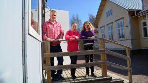 tre människor på en trappa