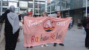 Kärlekstrio vid demonstration 6.7.2016
