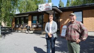 Mia Aitokari och Mikko Näri utanför Bar Aspholm i Isnäs.