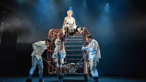 Ylva Ekblad spelar huvudrollen i Wasa Teaters uppsättning av Mor Kurage.