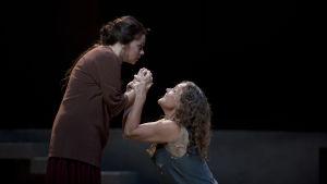 Elisabet Strid och Evelyn Herlitzius som systrarna Chrysothemis och Elektra.