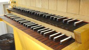 Klaviaturen på orgeln i Näsebackens kapell.