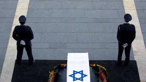 Hedersvakt vid Peres' kista utanför knesset 29.9.l2016