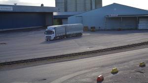 en ensam vit lastbil i valkom hamn