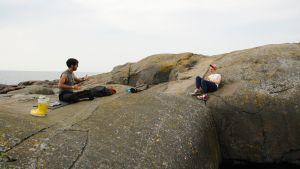 Adrian Perera och Martina Moliis-Mellberg samtalar på klipporna.