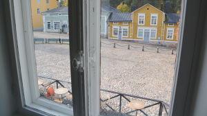 en bild tagen innifrån gamla kaplansgården över gamla rådhustorget i borgå