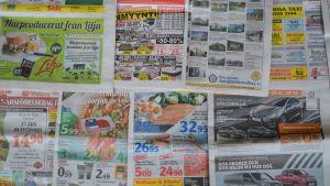 tidningar på golvet