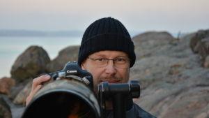 Naturfotografen Sven Forsell med kamera på Runsala.