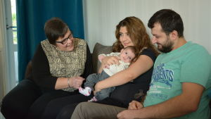 Monica Hedström-Järvinen sitter på soffan tillsammans med Nour Sorki och Shfan Ahmed.