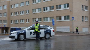 Delar av polisstationen i Åbo har evakuerats på grund av att någon hämtat ett militärt sprängämne till stationen.