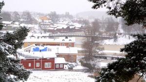 Vintervy över Gamla stan i Borgå från Borgbacken.