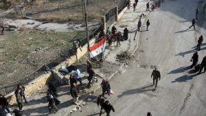 Syriska civila flyr områden i Aleppo som nyligen har fallit i regimens händer till säkrare områden.