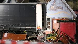 Kaos och förstörelse efter att lastbilen körde in i julmarknaden på Breitscheidplatz.