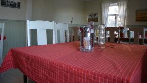 Bord med röd bordduk på pensionat Panget.