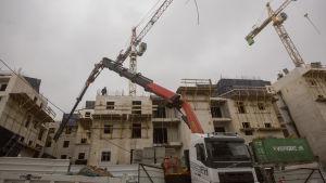 Maskinerna jobbar på i bosättningen Har Homa i Östra Jerusalem den 27 december 2016.